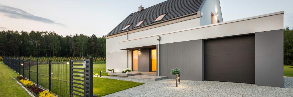 vue extérieure d'une maison de style avec garage et jardin